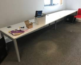 4.4m x 800mm Bench Style Desking – USED – V/G Condition – WHITE